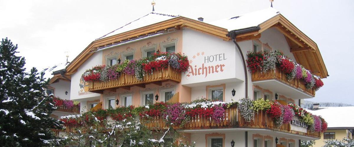 Aussenaufnahme des Hotel Aichner **** im Winter