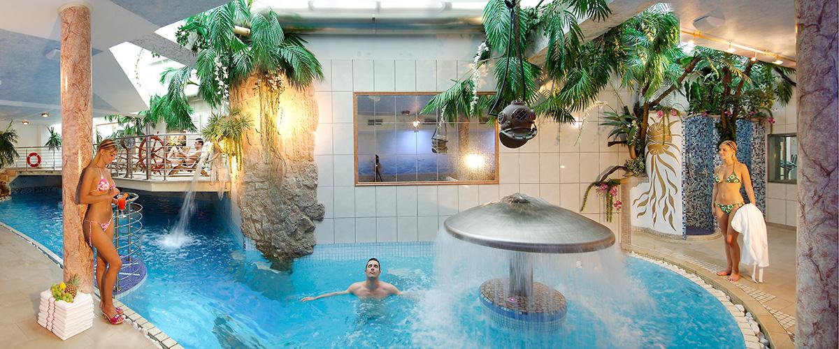 Swimmingpool im Hotel Aichner **** in Olang Südtirol